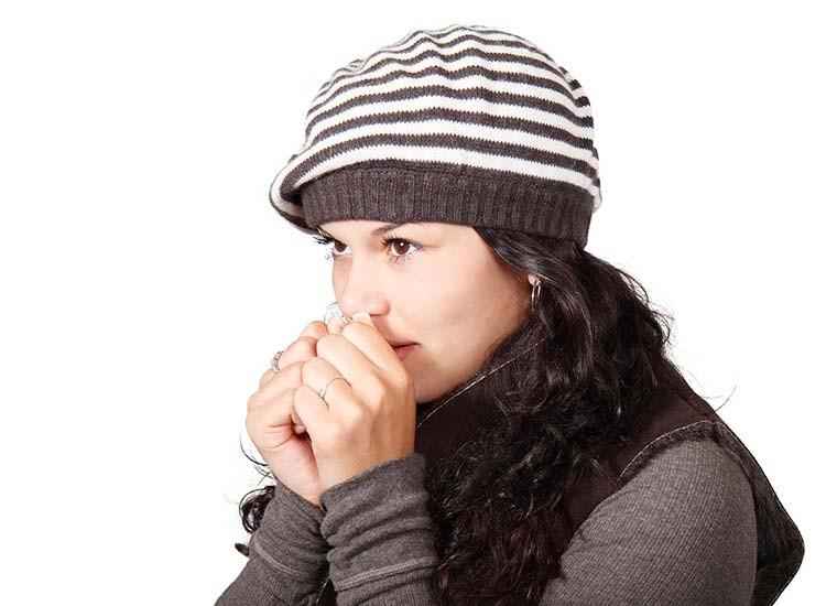 Avere sempre freddo, da cosa dipende e rimedi