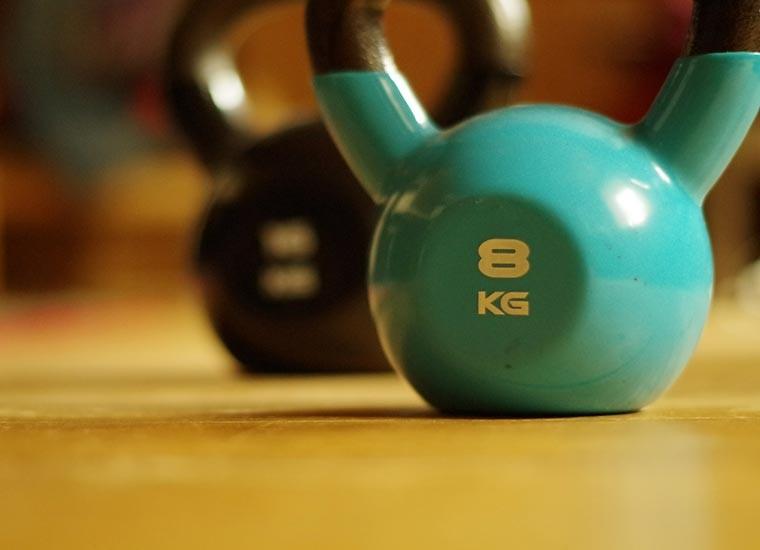 Kettlebell, a cosa serve, benefici e allenamento