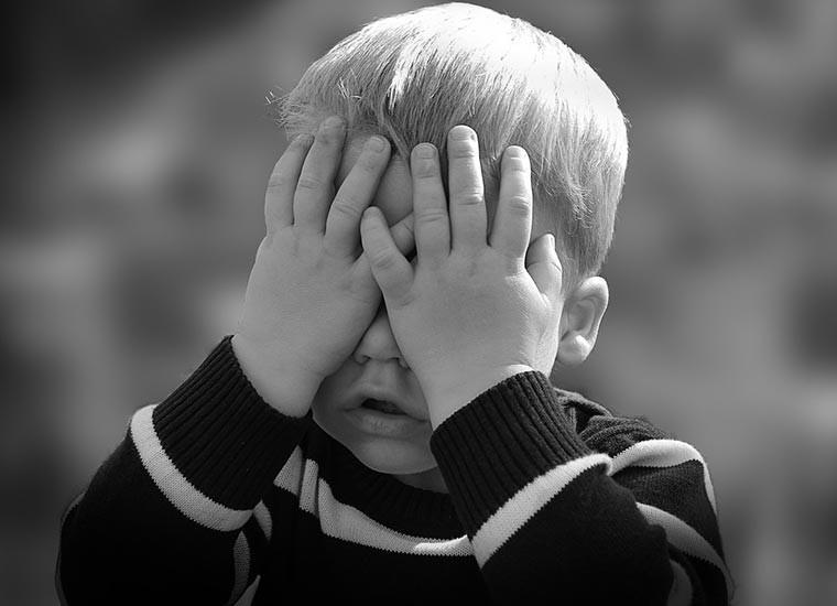 Mutismo selettivo: cause, sintomi e terapia