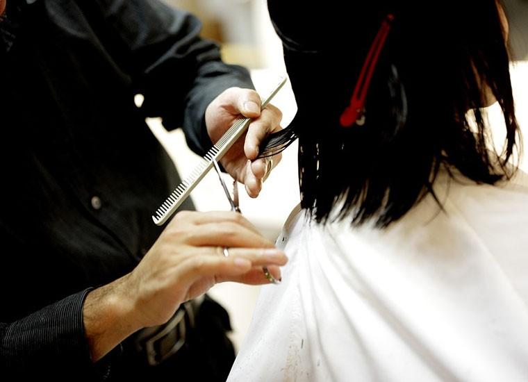 Taglio di capelli per fronte bassa