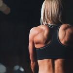 esercizi spalla con manubri