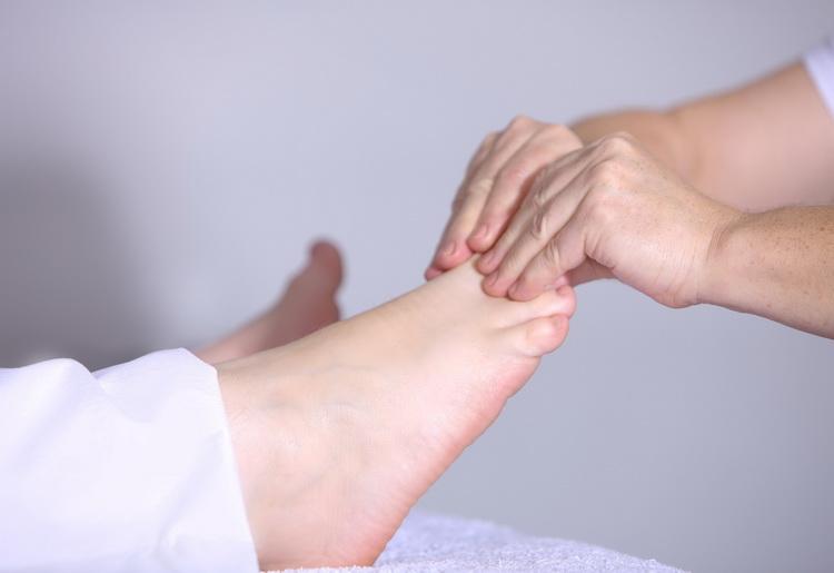 Come fare un massaggio ai piedi: ecco le tecniche
