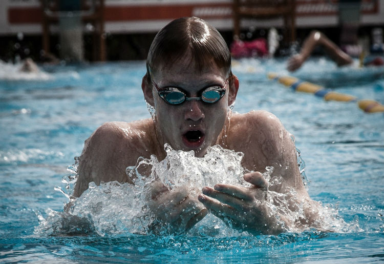 Nuoto in stile rana, una tecnica completa per tanti muscoli