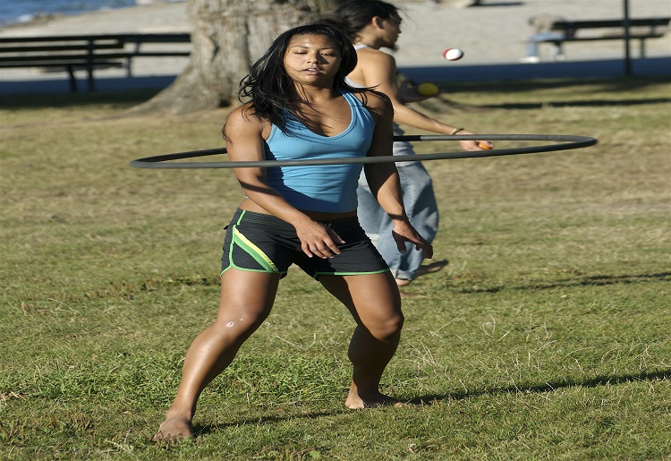 Hula hoop, ecco tanti esercizi e benefici