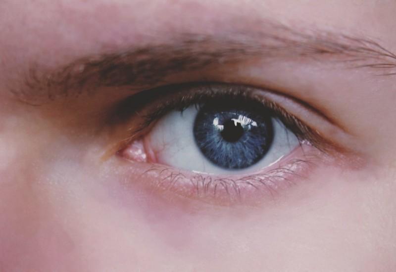 Occhio che trema, quali sono le cause e come intervenire