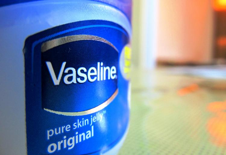 Olio di vaselina: proprietà, come usarlo, i rischi e le controindicazioni