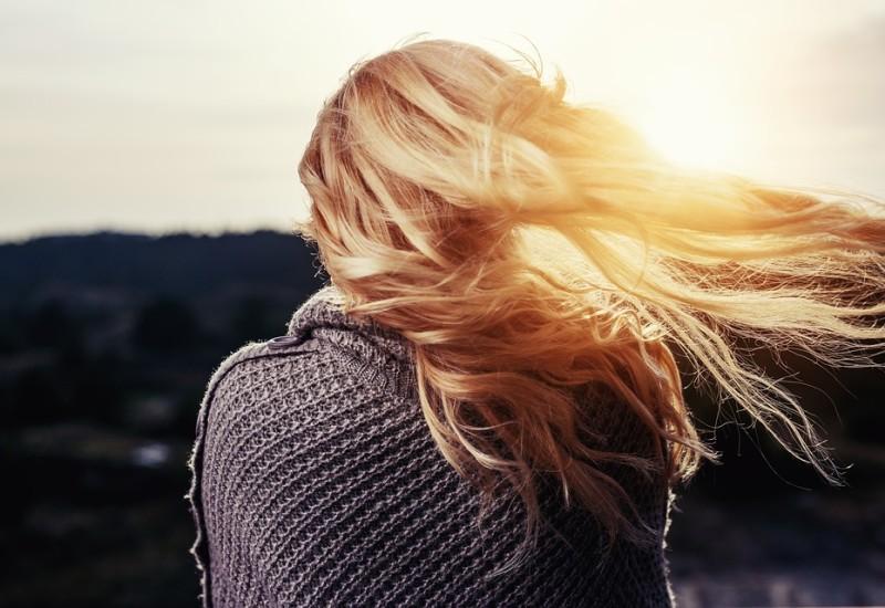 Infoltire i capelli: come dire addio a una chioma sfibrata